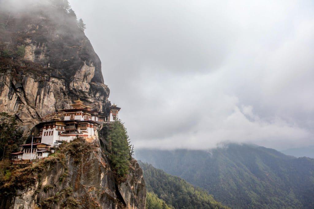 Klooster op een hoge klif in Bhutan
