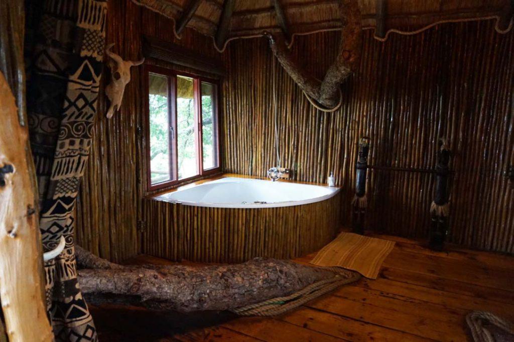 jacuzzi at Pezulu Tree House Lodge