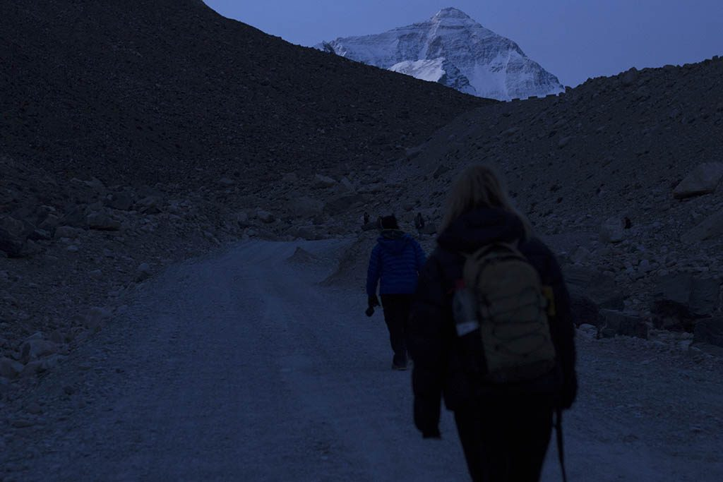 early momrning hike to mount everest base camp