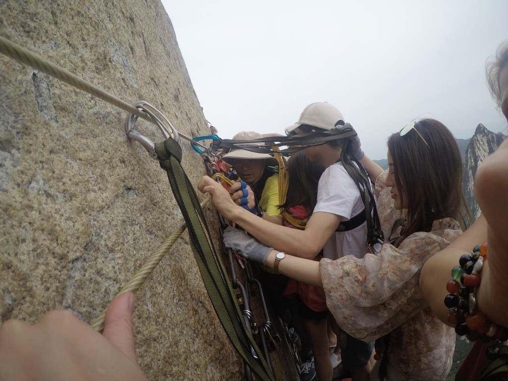Hua Shan plank walk, passing people on the way