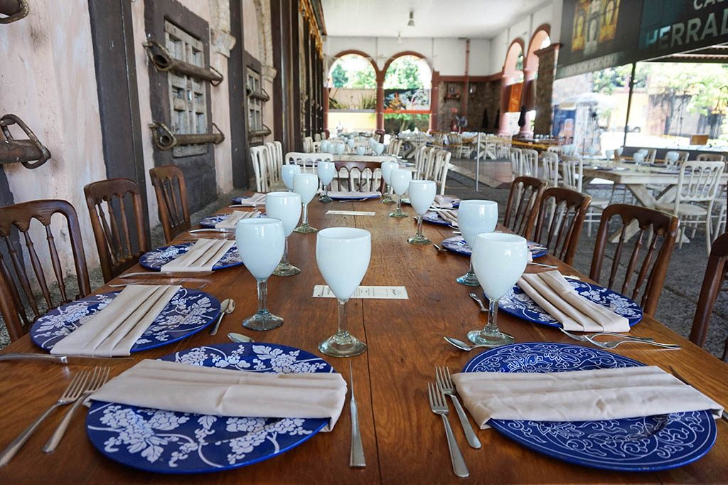 Tables for lunch beautifully set up at tequila herradura express tour